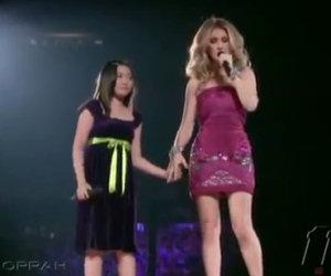 E' timida e sale sul palco con Celine Dion. L'esibizione è fantstica!