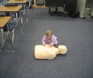 Viene messo un manichino davanti una bambina, ecco cosa fa lei