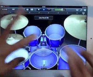 Batterista si diverte con l'iPad
