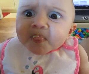 Bimba assaggia l'avocado per la prima volta. Ecco la sua buffa reazione