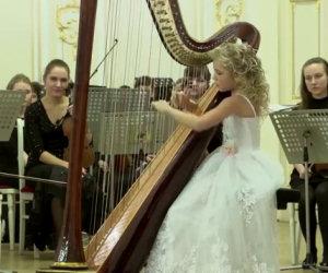 Una bimba di 11 anni inizia a suonare l'arpa e lascia tutti senza parole