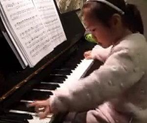 Una bimba di 3 anni alle prese con un pianoforte: che brava!