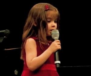 Bimba di 5 anni canta l'Ave Maria