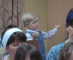 Le coriste iniziano a cantare ma ecco cosa fa la bambina