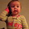 Bimba parla al telefono col papà