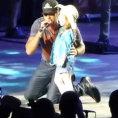 Cantante fa salire una bimba sul palco che gli ruberà la scena