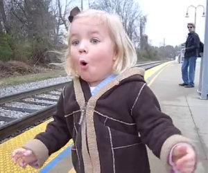 Bimba vede il treno per la prima volta