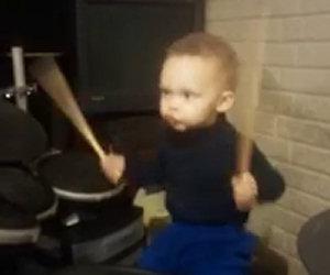 Ha solamente 2 anni ma riesce già a suonare i Foo Fighters
