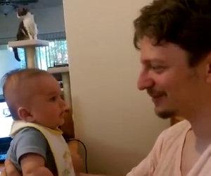 Il papà gli dice che lo ama, la risposta del neonato è da non credere