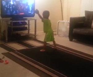 Bimbo vede in TV un video di Michael Jackson e tenta di imitarlo