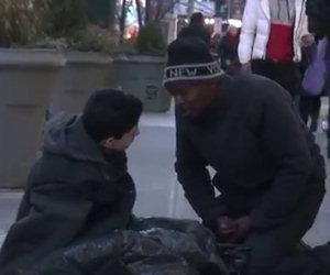 Un ragazzo congela per strada, poi avviene qualcosa di magico