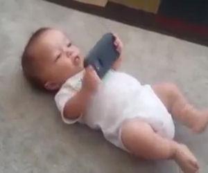 Bimbo ascolta una canzone sul cellulare, la sua reazione è unica