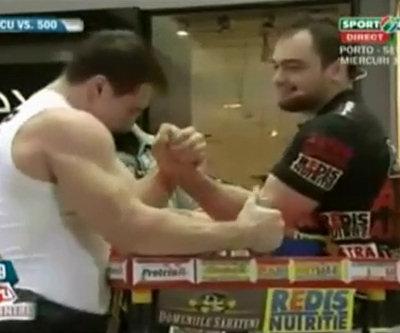 Bodybuilder umiliato a braccio di ferro