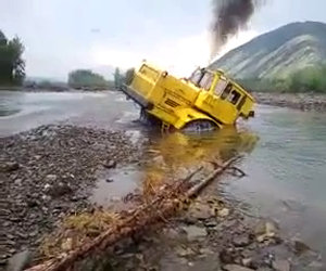 Camion sfugge dal fiume