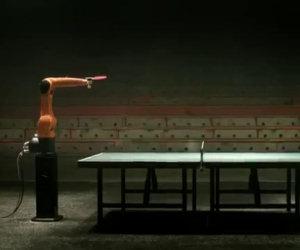Campione di ping-pong contro un robot