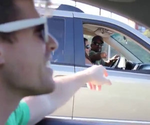 Canta in macchina mentre guida e succede qualcosa di meraviglioso