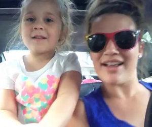 Mamma e figlia duettano cantando la canzone di Frozen