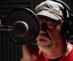 Un amico lo convince a cantare per la prima volta, la sua voce è incredibile