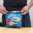 Ecco come chiudere un sacchetto di patatine senza usare mollette