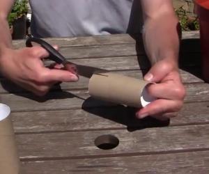 Inserisce dei rotoli di carta igienica nel terreno, un trucco epico!