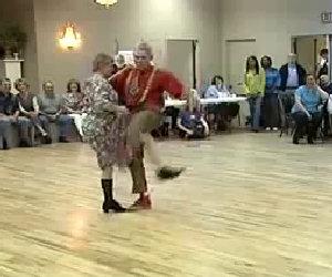 Una coppia di anziani va in pista, il loro ballo fa morire dalle risate