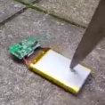 Cosa succede tragliando con un coltello la batteria di un cellulare?