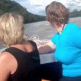 Due donne vanno in barca sul fiume ma ecco cosa vedono...