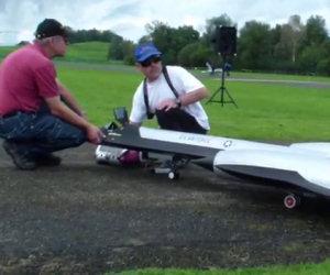 Un uomo costruisce un vero aereo in scala, eccolo in volo