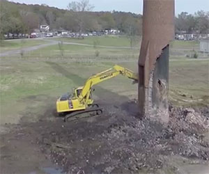 La demolizione della ciminiera va per il verso sbagliato, ecco cosa accade