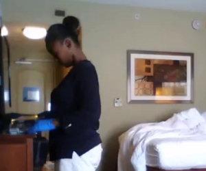 Donna delle pulizie troppo curiosa