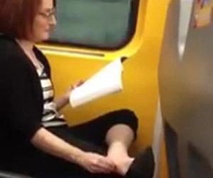 Donna mangia il suo piede in treno