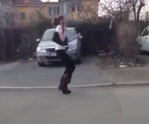 Donna non sa camminare con i tacchi