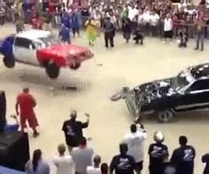 Due auto si distruggono a vicenda