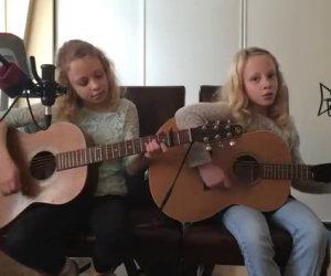 Due gemelle iniziano a cantare, la loro performance è da brividi
