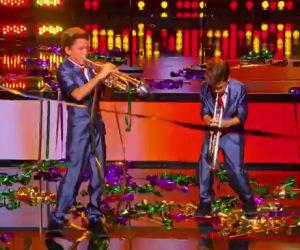 Due gemelli di 11 anni salgono sul palco e stupiscono il pubblico
