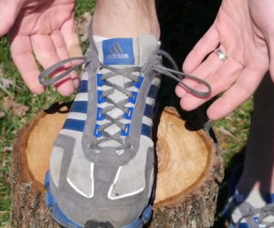 Vi siete mai chiesti a cosa serve il buco extra nei lacci delle scarpe?