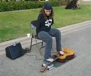 Sta suonando un brano dei Metallica, ma l'artista è davvero unico