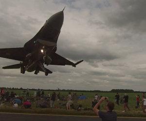F16 sfiora la folla