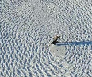 Cammina per ore sulla neve, quando la visuale si allarga... wow!