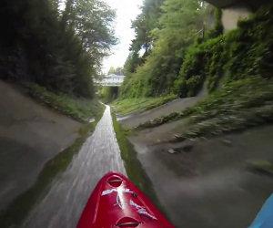 Fare kayak in un canale di scolo