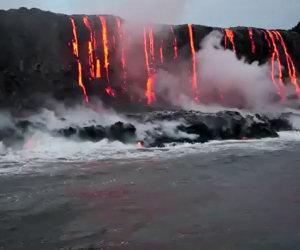 Fiume di lava finisce sul mare