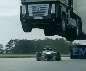 Formula Uno passa sotto un camion
