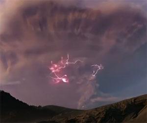 Il vulcano erutta, fulmini colpiscono il fumo che si sprigiona