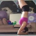 Gatto ruba la scena alla padrona che si esibisce facendo yoga