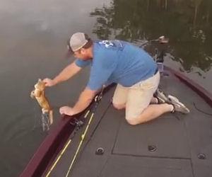 Va in barca a pescare ma ecco cosa tira fuori dall'acqua