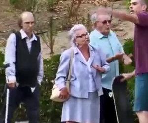 Alcuni anziani vanno da degli skater, uno farà qualcosa di assurdo