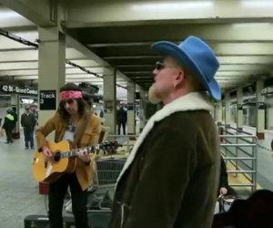 Gli U2 si travestono e suonano in metro. Ecco la reazione della gente