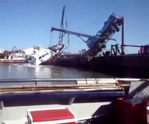 Gru calcola male il peso e cade in acqua con la barca che trasporta