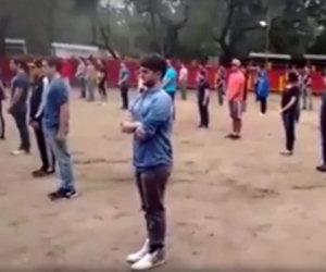 Ecco la reazione di un gruppo di ragazzi nell'arena quando entra il toro