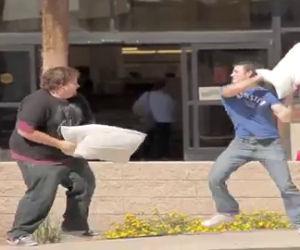 Guerra di cuscini inaspettata